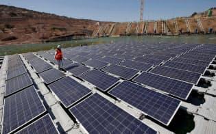 18年の再エネ発電量は前年比横ばいとなり、01年以降初めて増勢に歯止めがかかった(チリのサンティアゴ郊外にある太陽光発電施設)=ロイター