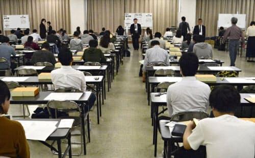 司法試験の会場で開始を待つ受験生(15日午前、東京都品川区)=共同