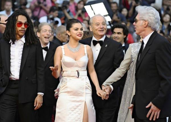 第72回カンヌ国際映画祭開幕式の会場に入る「ザ・デッド・ドント・ダイ」のジム・ジャームッシュ監督(右端)ら(14日、フランス・カンヌ)=AP