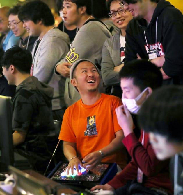 主催者のキャメイさんも出場し、参加者とともにゲームを楽しむ(大阪市中央区)