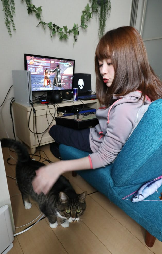 長い日には10時間以上、自宅で練習に励むたぬかな選手。飼い猫と遊ぶのが息抜きだ(大阪市内)