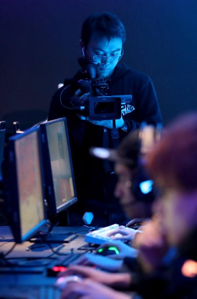 eスポーツイベントの運営会社を起業した山口勇さん。大会の様子を撮影し、リアルタイムで配信する(京都市中京区)