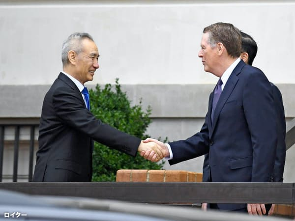 貿易戦争で中国経済にはさらなる下押し圧力(10日、ワシントンで握手する中国の劉鶴副首相(左)とライトハイザー米通商代表=ロイター=共同)