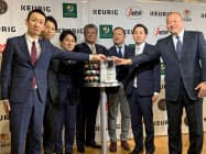 大手コーヒーチェーン6社との連携を発表するユニカフェの岩田斉社長(左から4番目)(東京都渋谷区)