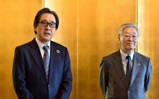日本国際博覧会協会事務総長に選任された石毛博行氏(左)(15日、東京・千代田)