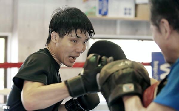 練習を公開した前WBAスーパーバンタム級王者の久保隼(15日、神戸市の真正ジム)=共同