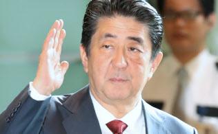 首相官邸に入る安倍首相(15日)
