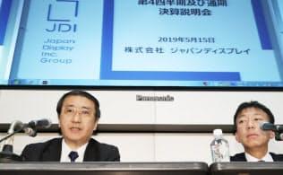 記者の質問に答えるジャパンディスプレイ(JDI)の月崎義幸社長(左)と大島隆宣常務執行役員(15日、東証)