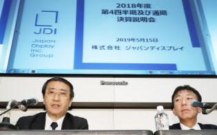 記者の質問に答えるジャパンディスプレイ(JDI)の月崎義幸社長(左)と大島隆宣常務執行役員(東証)