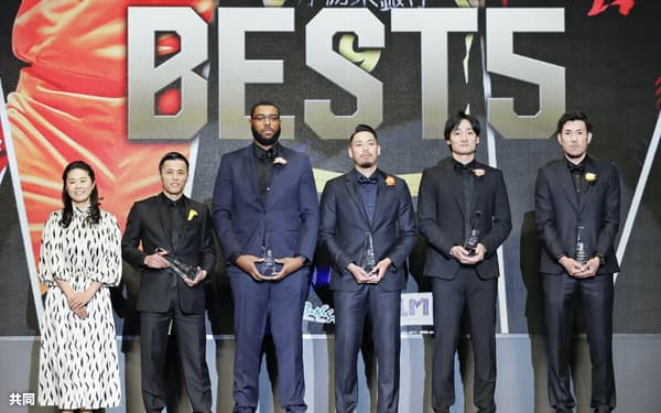 ベスト5に選ばれた(右から)三河の金丸、A東京の田中、栃木の遠藤、新潟のガードナー、千葉の富樫。左端は澤穂希さん(15日、東京都内)=共同