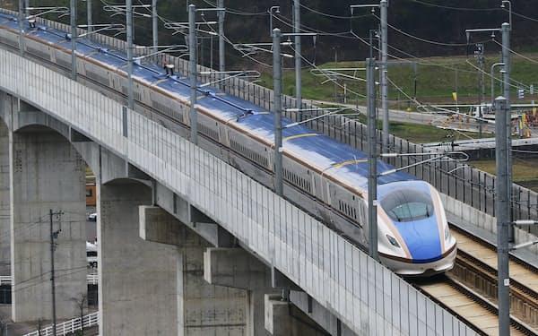 金沢から福井県敦賀までの延伸工事が進む北陸新幹線(富山県魚津市を走行中の車両)