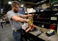 米製造業生産は、海外経済の減速や貿易摩擦の影響で減っている(米ミシガン州の変圧器組み立て工場)=ロイター