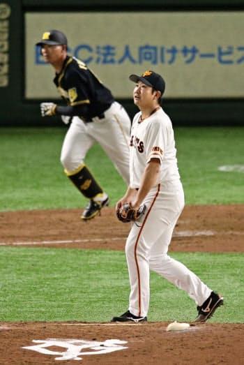 5回阪神1死、福留(左)に本塁打を浴びた巨人・菅野(東京ドーム)=共同