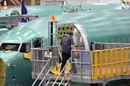 「737MAX」は3月半ばから運航停止が続いている(ワシントン州の組み立て工場)=AP
