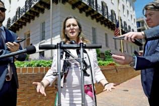 15日、ワシントンでライトハイザーUSTR代表と会談後に記者団の取材に応じるカナダのフリーランド外相=ロイター