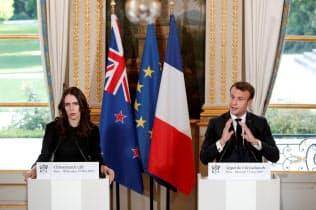 記者会見したマクロン仏大統領(右)とNZのアーダーン首相(15日、パリ)=ロイター
