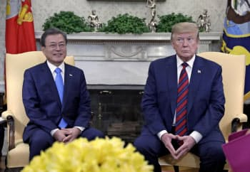 会談するトランプ米大統領と韓国の文在寅大統領(左)(4月11日、ワシントン)=AP