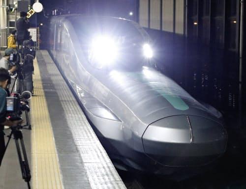 10号車を先頭にJR盛岡駅に入線する、次世代新幹線開発に向けた試験車両「ALFA-X」(16日未明)=共同