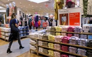 米中貿易摩擦で米国の消費者への悪影響が指摘されている(ニューヨークの衣料品店)=ロイター