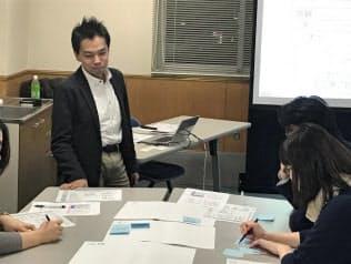 学生に講義する鈴木信行さん(2017年2月、東京都文京区の大学)