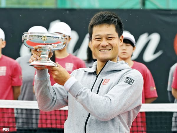 ジャパンオープン男子シングルスで優勝し、天皇杯を掲げる国枝=共同