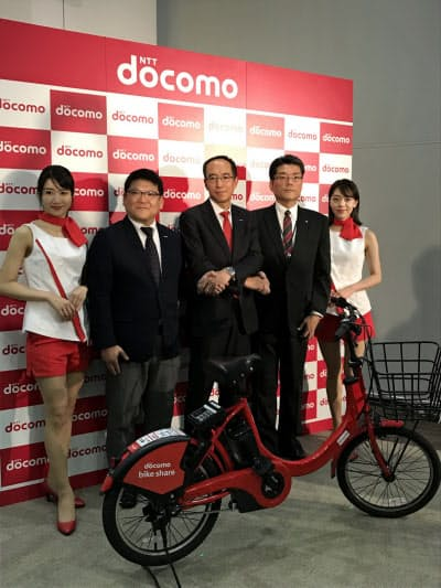 大阪での自転車シェアで連携を発表したNTTドコモ関西支社の高原幸一支社長ら(16日、大阪市)