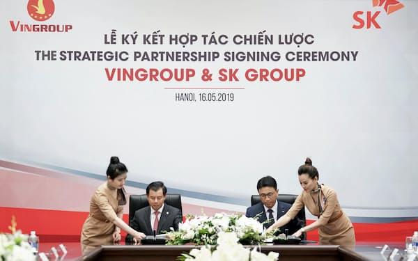 16日、ハノイで出資に関する契約書に署名する韓国SKグループの幹部(右)