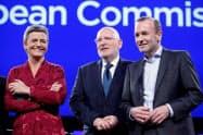 欧州議会選に向けた討論に参加したウェーバー氏(右)ら候補者(15日、ブリュッセル)=ロイター