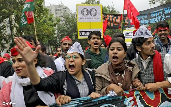 インドでは十分な雇用が生み出されず、職を求めるデモがたびたび起きている(2月、ニューデリー)=ロイター