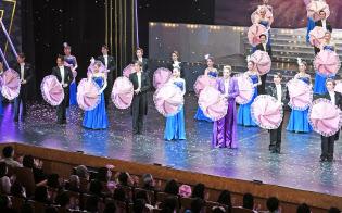 アンコールでは舞台と客席が一緒になってピンクの傘を開く(大阪市中央区の大阪松竹座)