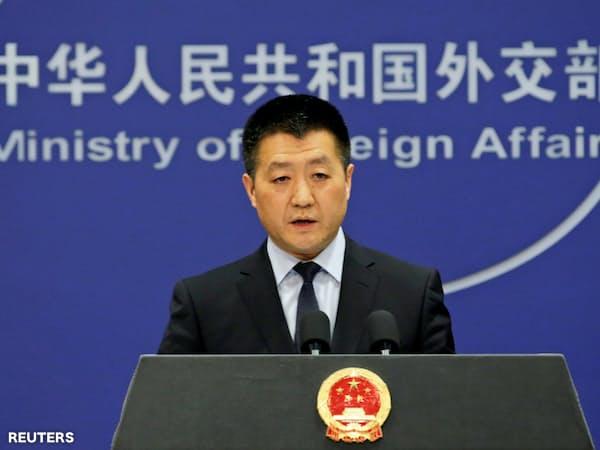 記者会見する中国外務省の陸慷報道局長(北京市、2018年4月)=ロイター