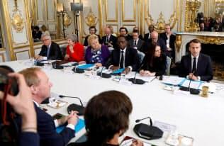 テロをあおる情報への対策会議が仏大統領府で開かれた(15日、パリ)=ロイター