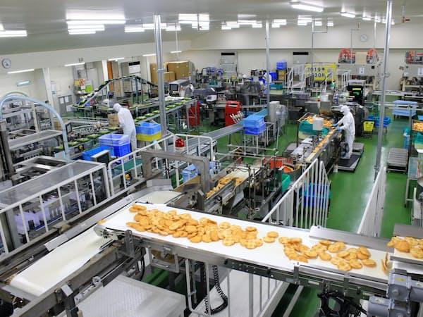 亀田製菓は米菓販売が好調で、工場稼働率が上がっている(新潟県阿賀野市の水原工場)