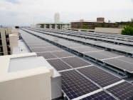 屋上には733枚の太陽光パネルが敷き詰められている