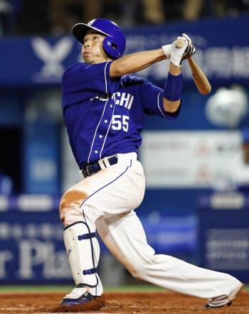 7回中日1死三塁、福田が左前に勝ち越し打を放つ(16日、横浜)=共同