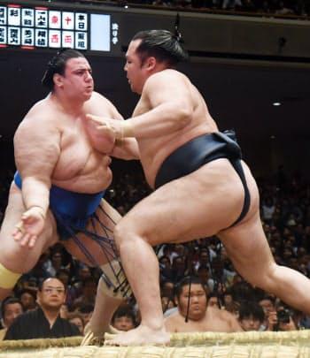 碧山(左)を攻める鶴竜