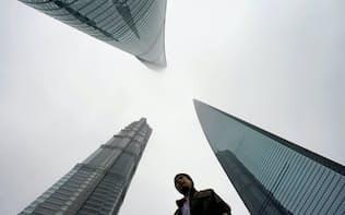進出企業は中国のサイバーセキュリティー規制に懸念を強めている(上海の金融街)=ロイター