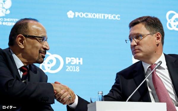 OPECプラスは減産をめぐり協議する(握手するサウジアラビアのファリハ・エネルギー産業鉱物資源相(左)と、ロシアのノワク・エネルギー相、2018年4月、モスクワ)=ロイター