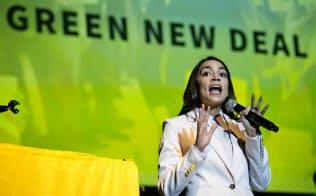 米民主党のオカシオコルテス議員は従来の党の主張ではなく、独自の環境政策「グリーン・ニューディール」をソーシャルメディアで訴えている=AP