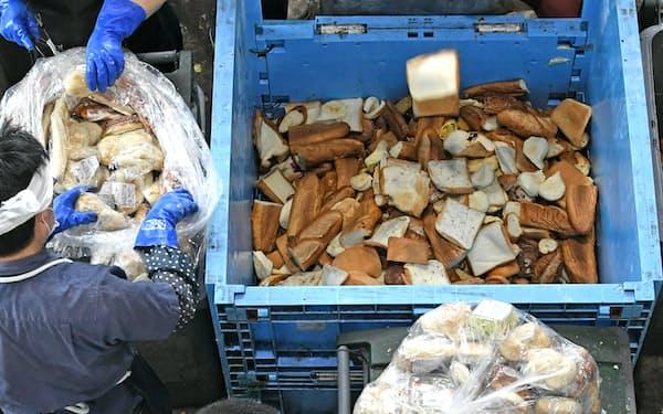 運ばれてきた未開封のパンを選別し処理する(9日、相模原市の日本フードエコロジーセンター)