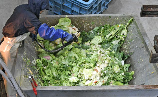 日本フードエコロジーセンターで処理される食品廃棄物(9日、相模原市)