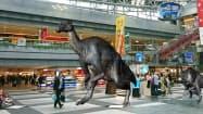 ゴーグル型端末をつけると、新千歳空港内を歩き回る恐竜が出現する(写真はイメージ)