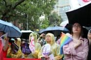 アジア初の同性婚合法化を見届けようと集まった支援者ら(17日、台北市の立法院)