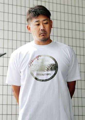 取材に応じる中日・松坂(17日、ナゴヤ球場)=共同