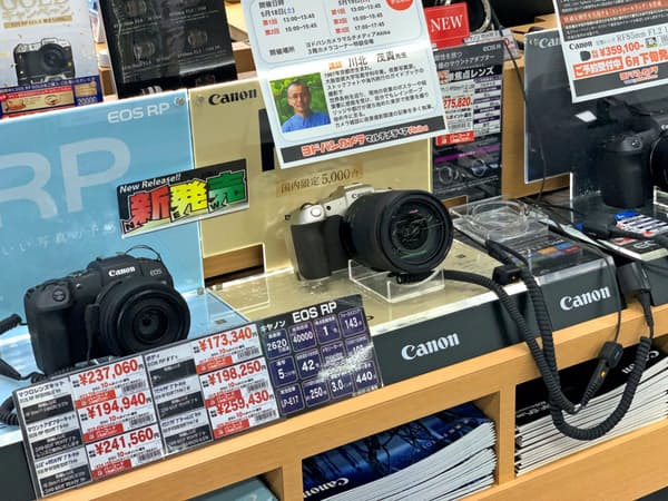 フルサイズのミラーレスがカメラ市場の起爆剤に(都内の家電量販店)