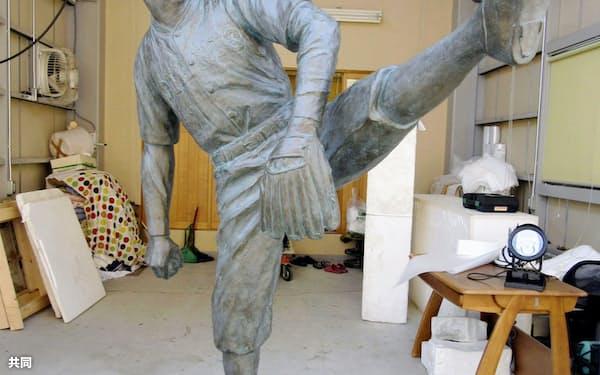 完成した沢村栄治の銅像=富山県高岡市(沢村栄治顕彰会提供)