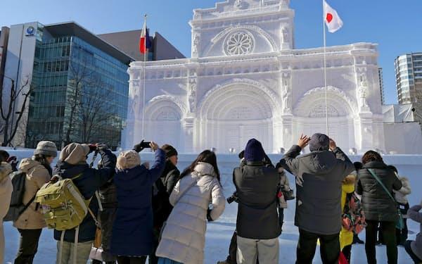 大通公園は札幌観光の中心だ(2月のさっぽろ雪まつり)