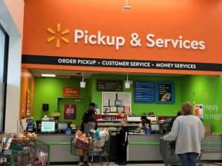 ウォルマートはネットで注文した商品を店舗で受け取れるサービスを拡充している(1日、ニューヨーク州の新店舗)