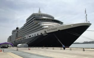 金沢港に寄港した豪華客船「クイーン・エリザベス」