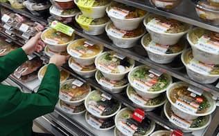 麺類が並ぶセブンイレブンの商品棚